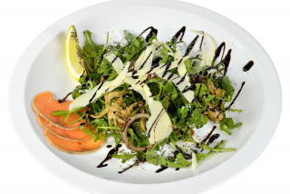 Салат с рукколой, блинами и семгой