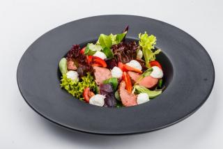 Тёплый салат с телятиной гриль и запечённой свеклой