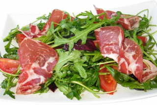 Rucola with raw meat