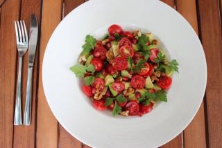 Салат с помидорами Черри и авокадо
