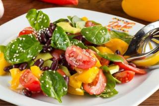 Салат со шпинатом и с помидорами черри