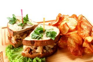 Сэндвич из мяса поросенка с  тушёной капустой, хреном и горчичным соусом