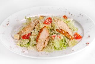 Салат Цезарь с куриным филе и сыром пармезан