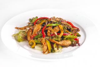 Теплый салат в тайском стиле с куриным филе
