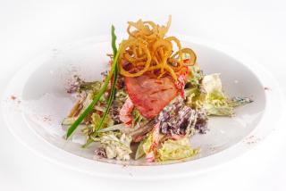 Салат с беконом и телятиной гриль
