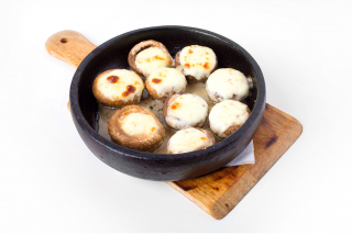 Champignons with cheese on ketsi