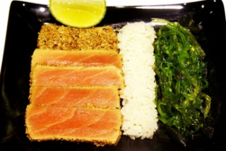 Steak din ton cu susan, orez și salată chuka