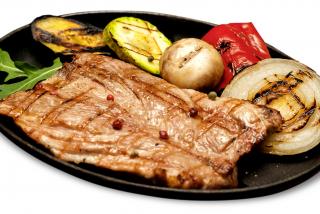 Steik din carne de porc cu legume la grătar