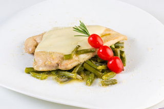 Grilled chicken with green beans in wine sauce