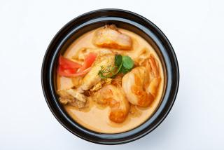 Острый тайский суп с курицей, креветками и кокосовым молоком