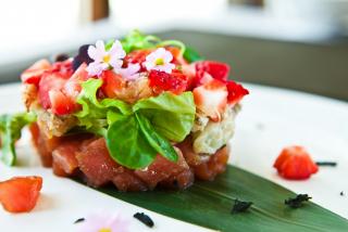 Тар-тар из тунца с имбирной клубникой и ананасом