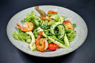 Warm salad with shrimp and arugula