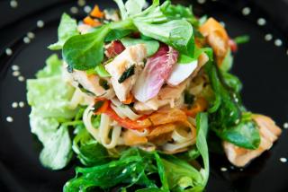 Теплый салат с семгой и рисовой лапшой с соусом Терияки