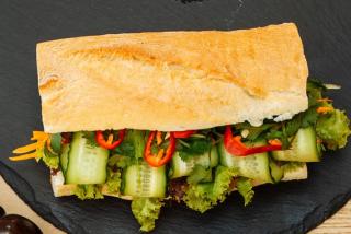 Sandwich tradițional vietnamez Bahn Mi cu rață