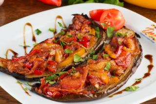Баклажаны с запеченными овощами