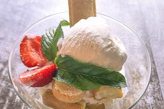 Вкусное мороженное с печеньем савоярди