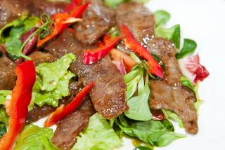 Теплый салат из овощей с лепестками говядины c азиатской заправкой