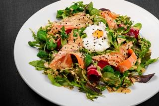 Mix salata cu somon si ou posat