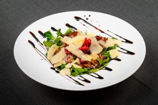 Salată cu carne de vițel și parmezan