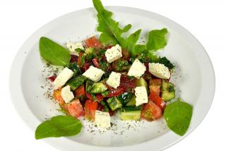 Зеленый салат с брынзой и травами