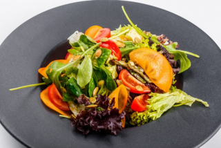 Green salad with cherry, persimmon and salad mix
