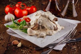 Кролик в сливочном соусе с грибами