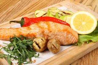 Филе лосося в белом вине с овощами  и лимоном