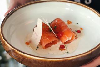 Somon ușor sărat cu brânză topită și caviar roșu